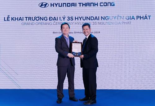 ông Kang Mun Jong - Tổng giám đốc Hyundai Thành Công Thương mại đã trao giấy chứng nhận đại lý ủy quyền 3S cho đại diện Hyundai Nguyên Gia Phát.