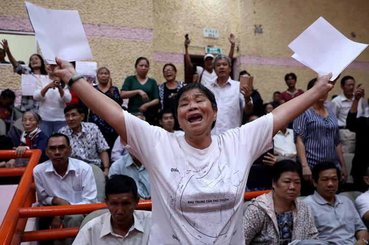 Cử tri Nguyễn Thị Tám bày tỏ bức xúc. Ảnh: Hữu Khoa.