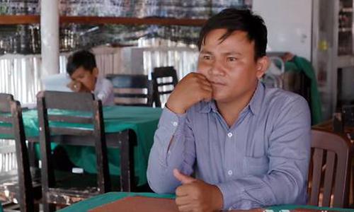 Ông chủ quán ănVuth Ung ngồi buồn bã trong nhà hàng vắng khách. Ảnh: Media Corp.