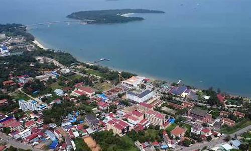 Các công trình xây dựng vốn đầu tư Trung Quốc đang mọc lên như nấm ở thị trấn duyên hải Sihanoukville. Ảnh: Media Corp.