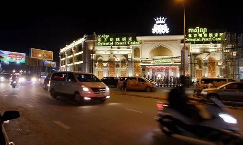 Một sòng bạc ở trung tâm Sihanoukville với bảng hiệu bằng tiếng Campuchia, tiếng Trung Quốc và tiếng Anh. Ảnh: Media Corp.