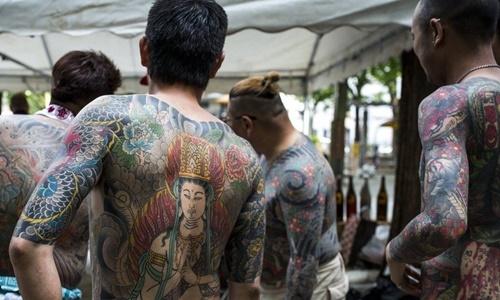 Các thành viên yakuza Nhật Bản khoe hình xăm tại một lễ hội ở Tokyo. Ảnh: Anadolu Agency.