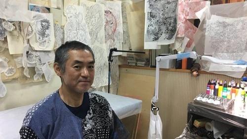 Thợ xăm Horimitsu tại cửa hàng ở Tokyo. Ảnh: BBC.