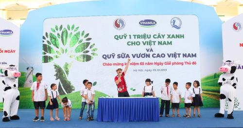 Nghệ sĩ ưu tú Xuân Bắc, đại sứ chương trình Quỹ Sữa Vươn Cao Việt Nam giao lưu cùng các em học sinh tại chương trình.