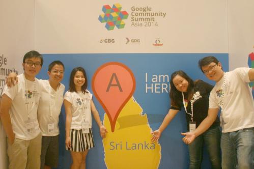 Chị Vân Anh (thứ 3 từ trái qua) - Sáng lập & Giám đốc Antoree Singapore, đại diện Việt Nam tham dự Hội nghị Thượng đỉnh Cộng đồng Google tại Sri Lanka; về việc ứng dụng Công nghệ vào Giáo dục.