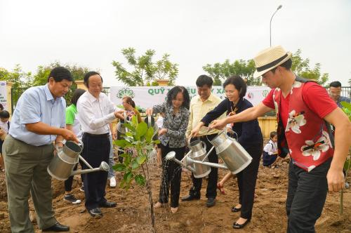 Bà Trương Thị Mai – Bà Trương Thị Mai - Ủy viên Bộ Chính trị, Bí thư Trung ương Đảng, Trưởng ban Dân vận Trung ương cùng các đại biểu thực hiện nghi thức trồng cây tại sự kiện của Quỹ 1 triệu cây xanh cho Việt Nam.