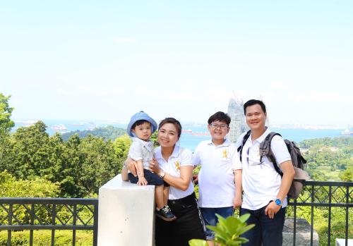 Bé Hoàng Bách cùng bố mẹ và em trai.