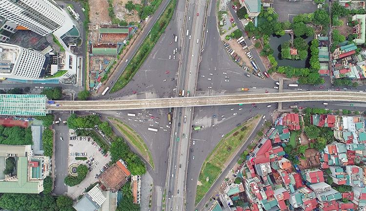 Nút giao thông kết nối đường Xuân Thủy với đường Hồ Tùng Mậu, Phạm Hùng, Phạm Văn Đồng sẽ bị hạn chế từ 15h đến 22h30 ngày 10/10. Ảnh: Giang Huy.