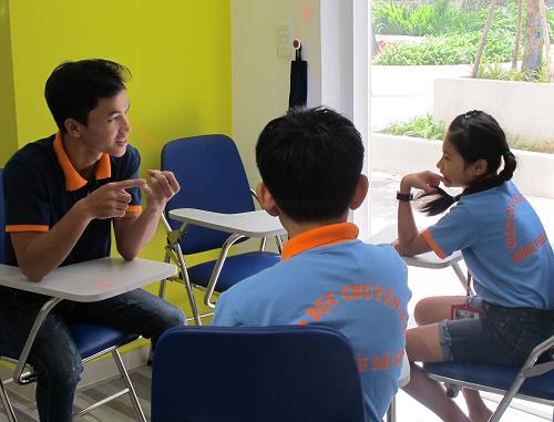 Giáo viên hỗ trợ các em để nói, viết, có thể làm những hoạt động cơ bản.