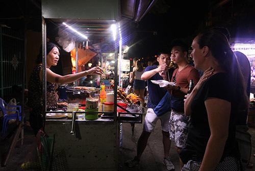 Quán ăn của Bà Lan bán ở chợ đêm Nguyễn Hoàng gần 5 năm nay. Ảnh:Đắc Thành.
