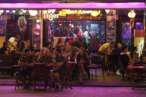 Một quán bar trên phốNguyễn Phúc Chu khi chưa bị đóng cửa. Ảnh:Đắc Thành.