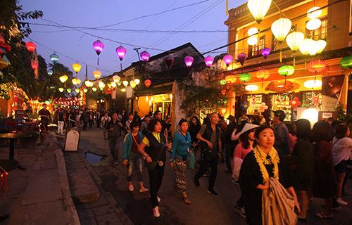 Du khách đi bộ trên đường Nguyễn Thái Học tham quan phố cổ Hội An. Ảnh:Đắc Thành.