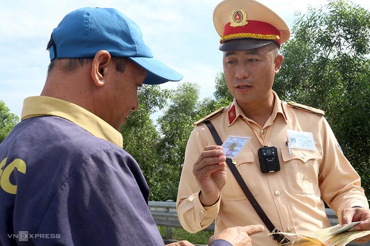 CSGT xử phạt vi phạm giao thông ở khu vực trạm tru phí trên cao tốc Hà Nội-Hải Phòng hồi tháng 6. Ảnh. Bá Đô