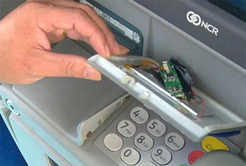 Con chíp được kẻ gian gắn tại cây ATM. Ảnh: Cắt từ video