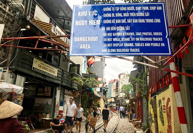 Tấm biển cảnh báo đặt trước phố Trần Phú. Ảnh: Anh Duy.