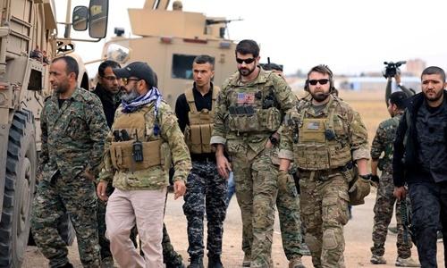 Lực lượng Dân chủ Syria (SDF) của người Kurd và binh sĩ Mỹ trong một cuộc tuần tra ở thành phố Hasakah, Syria, gần biên giới Thổ Nhĩ Kỳ, hồi tháng 11/2018. Ảnh: Reuters.
