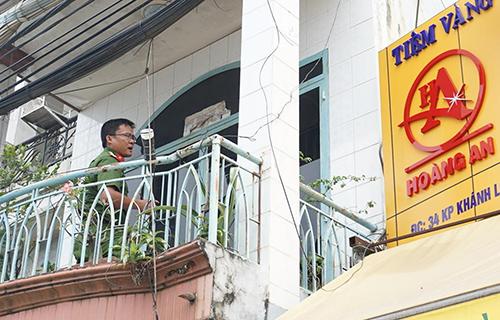 Cảnh sát khám nghiệm tiệm vàng được cho bị trộm đột nhập. Ảnh: Nguyệt Triều