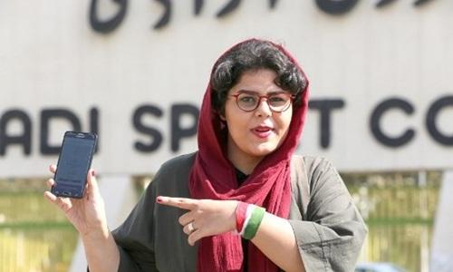Phóng viên thể thao Raha Poorbakhsh tại sân vận động Azadi, Tehran, Iran, hôm 8/10. Ảnh: AFP.