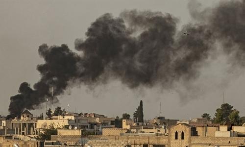 Khói bốc lên từ Ras al-Ain ở biên giới Thổ Nhĩ Kỳ - Syria ngày 9/10. Ảnh: AFP.