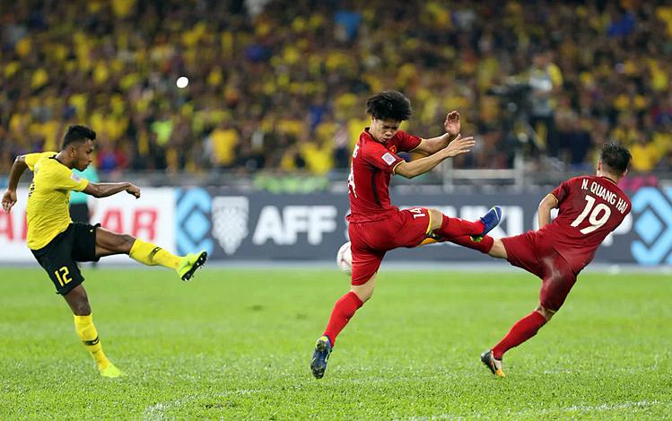 Malaysia (áo vàng) không thắng được trận nào trước Việt Nam ở AFF Cup 2018. Ảnh: Đức Đồng.