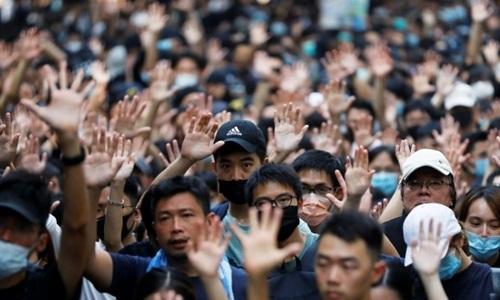 Người biểu tình Hong Kong kéo đến lãnh sự quán Mỹ hôm 8/9, giơ 5 ngón tay thể hiện 5 yêu sách với chính quyền đặc khu. Ảnh: Reuters.