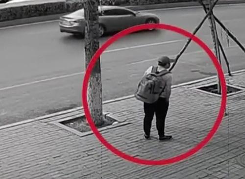 Nghi phạm đeo ba lô bắt taxi rời hiện trường. Ảnh: CCTV.