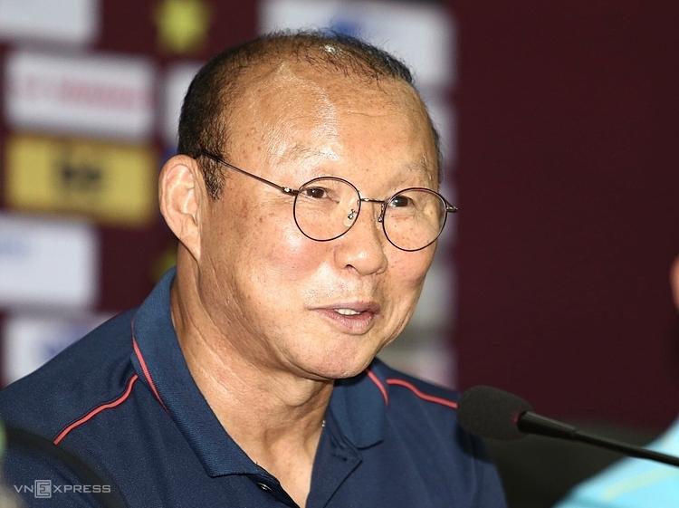 HLV Park Hang-seo trả lời các câu hỏi của phóng viên trong cuộc họp báo tại Hà Nội sáng 9/10. Ảnh: Lâm Thỏa.