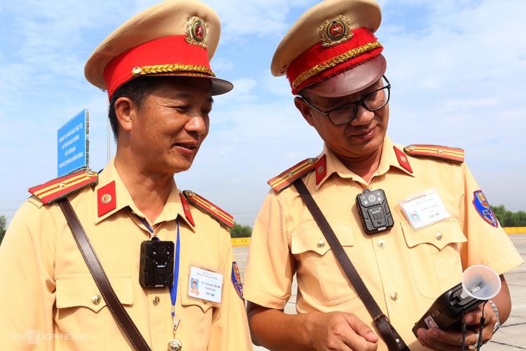Cán bộ, chiến sĩ thuộc Cục CSGT đeo thẻ xanh trên ngực trái trong một lần làm nhiệm vụ ở trạm thu phí trên cao tốc Hà Nội-Hải Phòng hồi tháng 7. Ảnh. Bá Đô