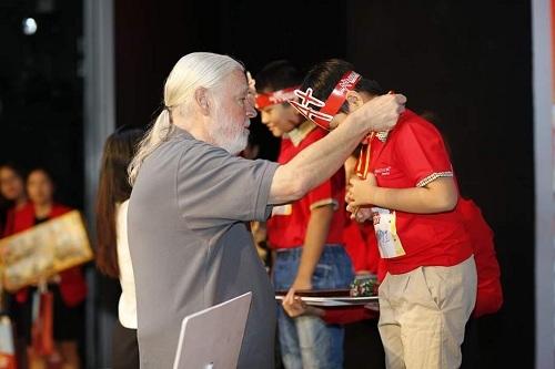 Giáo sư Toán học Larry Martinek đại diện Hệ thống Mathnasium toàn cầu trao giải cho các thí sinh tham gia Mathnasium Championship.