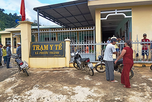 Các nạn nhân đưa đến cấp cứu Trạm y tế xã Phước Thành. Ảnh: Đại Hiệp.
