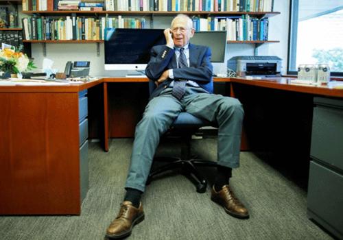 GS James Peebles nhận điện thoại chúc mừng tại nhà riêng hôm 8/10. Ảnh: Eduardo Munoz/Reuters.