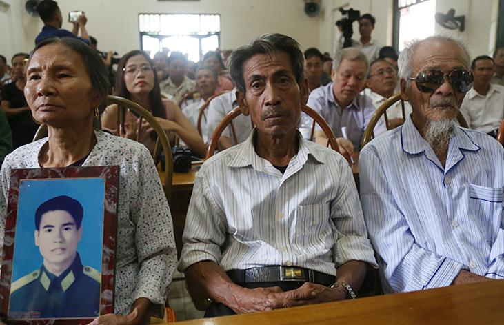Từ trái qua, người đại diện của ông Thám cùng ông Trinh, ông Đệ tại buổi xin lỗi sáng 9/10. Ảnh: Phạm Dự.