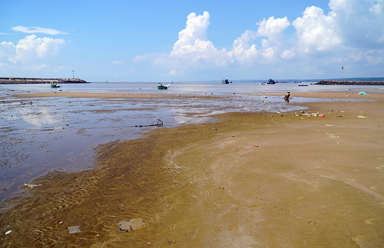 Cửa biển Phan Thiết cạn trơ đáy lúc thủy triều xuống. Ảnh: Việt Quốc.