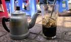 Vì sao nhiều người Việt cứ thích uống cà phê có màu đen?