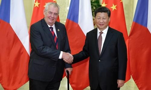 Tổng thống Cộng hòa Czech Milos Zeman (trái) và Chủ tịch Trung Quốc Tập Cận Bình tại Bắc Kinh tháng 9/2015. Ảnh:Reuters.