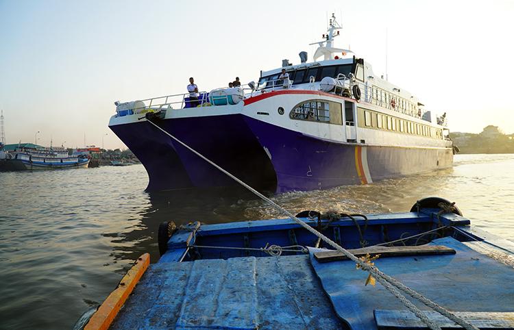 Xuất bến lúc thủy triều dâng nhưng tàu vận tải hành khách ra đảo Phú Qúy phải thuê tàu máy nhỏ kéo đi. Ảnh: Việt Quốc.