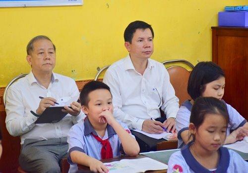 Ông Thọ chăm chú ghi lại những điều thầy cô giáo giảng. Ảnh: Ngọc Minh