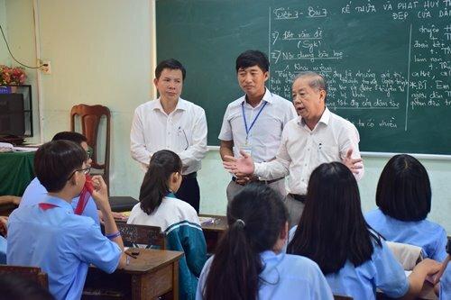 Ông Thọ chi sẻ với trò và thầy trường THCS Trần Cao Vân. Ảnh: Ngọc Minh