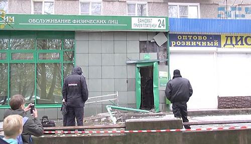 Cảnh sát làm việc tại hiện trường vụ nổ cây ATM ởthành phố Cherepovets, phía bắc Moskva, Nga. Ảnh: East2west News