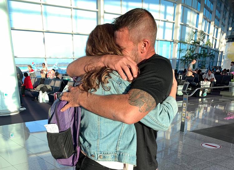 Derrick đoàn tụ cùng gia đình tại sân bay. Ảnh: KHOU.