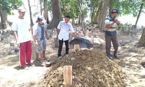 Ngôi mộ nơi gia đình Sunartoan táng nạn nhân vụ tai nạn. Ảnh:suryakepri