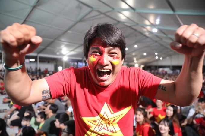 Người hâm mộ Sài Gòn vỡ òa với bàn thắng của Quang Hải