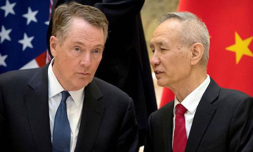 Phó Thủ tướng Trung Quốc Lưu Hạc (phải) và Đại diện thương mại Mỹ Robert Lighthizer ở Bắc Kinh hồi tháng 2. Ảnh: Reuters.