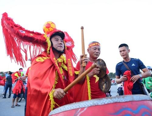 Cổ động viên Việt Nam đến sân cổ vũ đội tuyển. Ảnh: Gia Chính