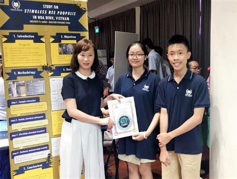 Nhóm học sinh Nguyễn Tử Minh (Lớp 10), Nguyễn Phương Thảo (Lớp 12) đạt giải bạc với dự án Tách chiết nhựa cây trong keo ong dú để nhận diện chất kháng khuẩn làm nước súc miệng.