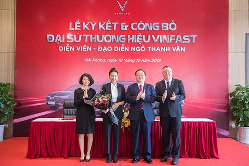 Đại diện Vinfast và Ngô Thanh Vân tại lễ ký kết và công bố thương hiệu.