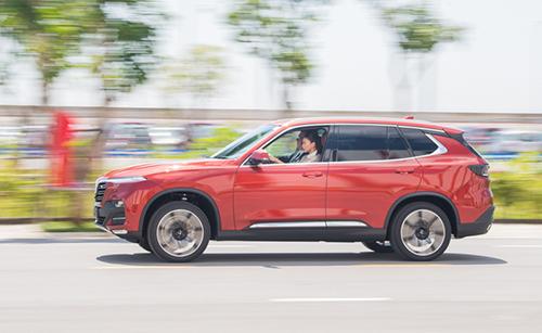 Ngô Thanh Vân lái thử Vinfast Lux SA2.0.