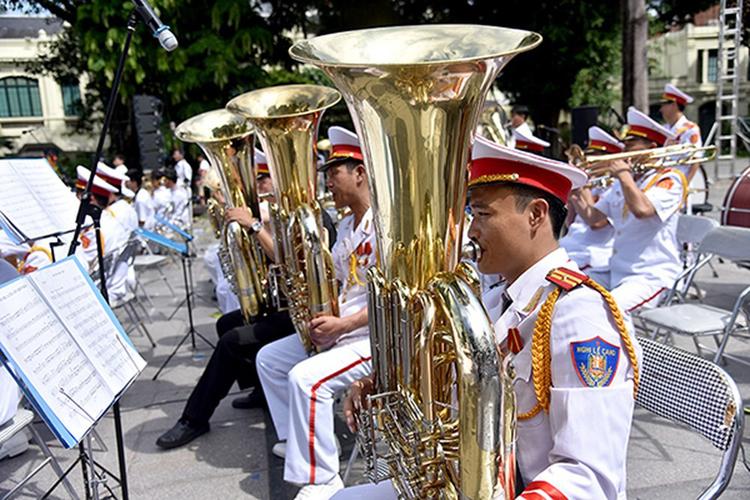 Đoàn nghi lễ Công an nhân dân thuộc Bộ tư lệnh CSCĐ-Bộ Công an trong một lần chơi nhạc ở Hà Nội. Ảnh. Báo Nhân dân
