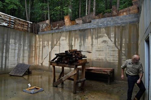 Một hầm trú ẩn đang được xây dựng dở. Ảnh: Washington Post.