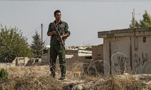 Tay súng người Kurd ở thị trấn Ras al-Ain, miền bắc Syria hôm 6/10. Ảnh: AFP.